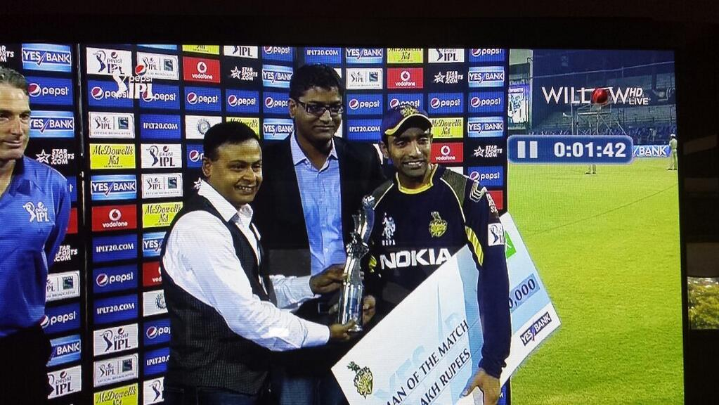 Andy-hand-out-MoM-award-to-Uthappa.jpg