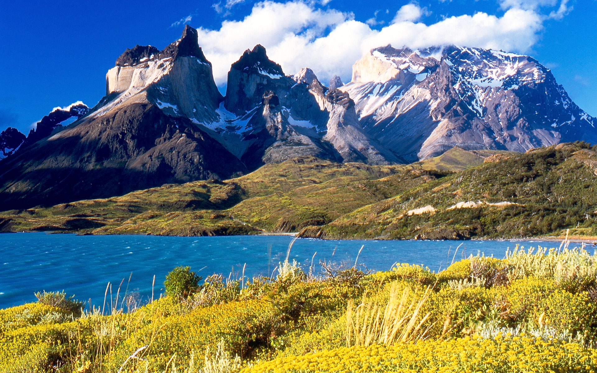 Cuernos_del_Paine_from_Lake_Pehoé.jpg